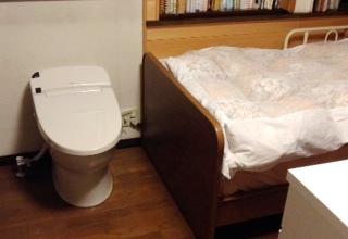 ベッド脇トイレ.JPG