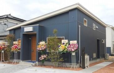 653dc2fdf5a5 先月、千葉市・星久喜でお引渡しさせて頂いた店舗併用住宅。今週20日にヘアサロンがオープン!外構や看板もお洒落にできあがり、内外とも素敵なお店です↓